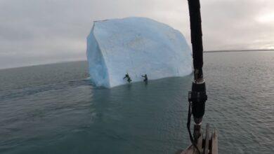 Photo of Eksploruesit i shpëtojnë vdekjes pasi ajsbergu përmbyset në ujërat e akullt