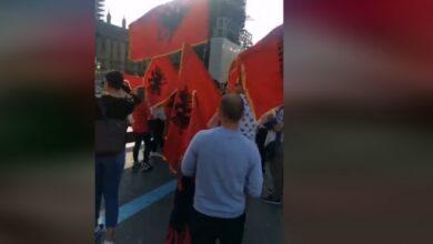 Photo of Londra 'pushtohet' nga flamujt kuq e zi, shqiptarët marshim paqësor nëpër rrugë