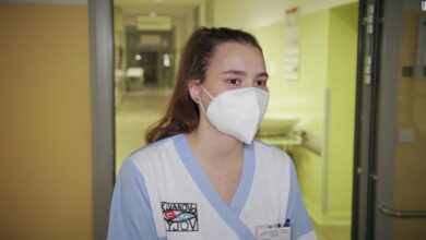 Photo of CNN: Edhe adoleshentet në shërbim të spitaleve të mbingarkuara me Covid-19 në Çeki
