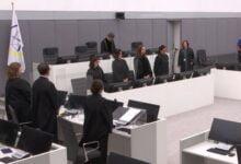 Photo of Hysni Gucati paraqitet në sallën e gjyqit në Hagë