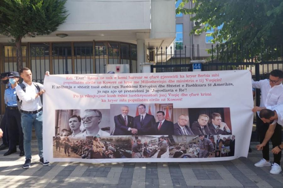 aksion-para-ambasades-se-shqiperise-ne-prishtine-kundershtohet-ballkani-i-hapur
